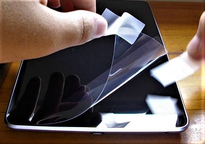 How to Clean the Sticky Side of a Tempered Glass Screen