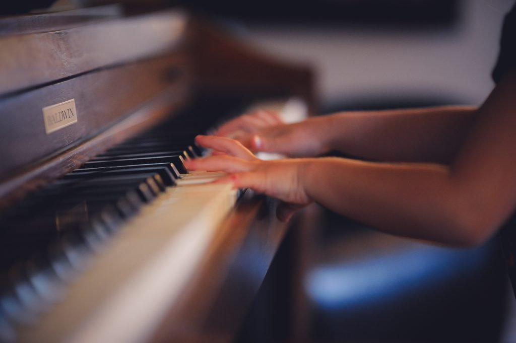 child-playing-the-piano