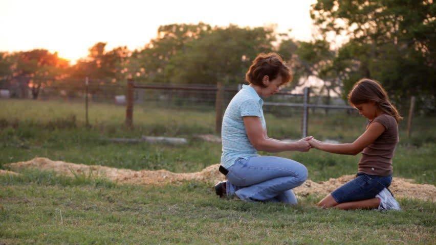 mother-and-daughter-praying