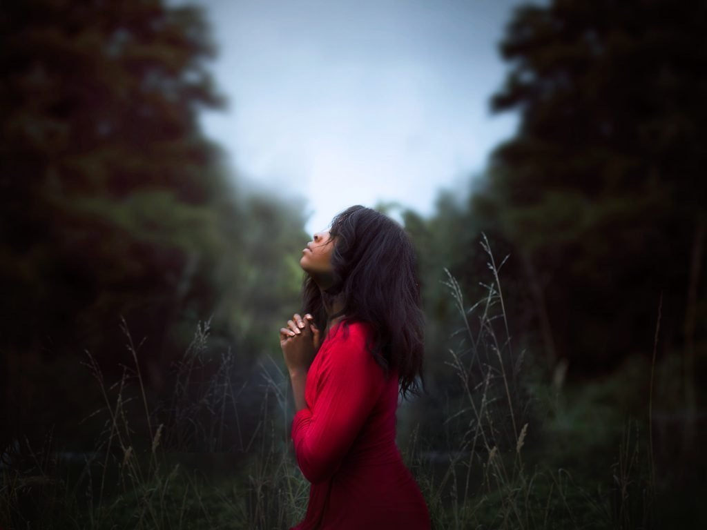 woman-praying-in-field